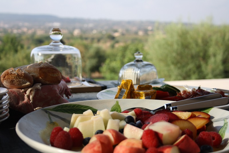 From breakfast service to a private cooking event – why not spoil yourself in your holiday finca!